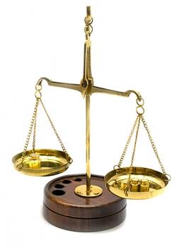 Фото - Весы бронзовые на деревянной подставке купить в киеве на подарок, цена, отзывы