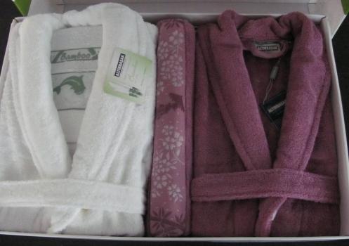 Фото - Набор халатов Бамбук Deluxe + 2 полотенца (белый-малиновый) купить в киеве на подарок, цена, отзывы