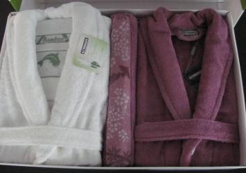 купить Набор халатов Бамбук Deluxe + 2 полотенца (белый-малиновый) цена, отзывы