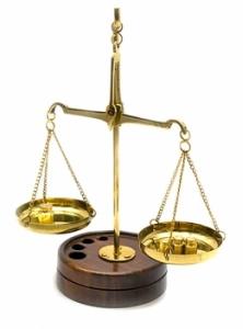 Весы бронзовые на деревянной подставке