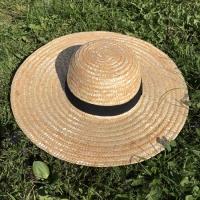 Соломенная шляпа с широкими полями и черной лентой