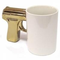 Фото Чашка Пистолет белая с золотой ручкой
