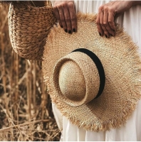 Фото Соломенная шляпа с широкими полями, черной лентой и бахромой